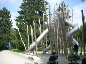 rリノベーションにより優れたデザインの遊具が配置されているKannenfeld park